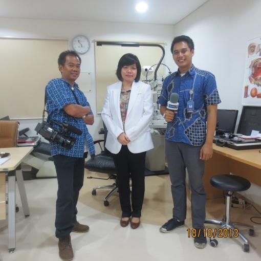 """Dr. Rose Setiawan, SpM., MSc sebagai narasumber """"OPERASI KANTONG MATA"""" di TRANS T. Disiarkan ulang Oktober 2013."""